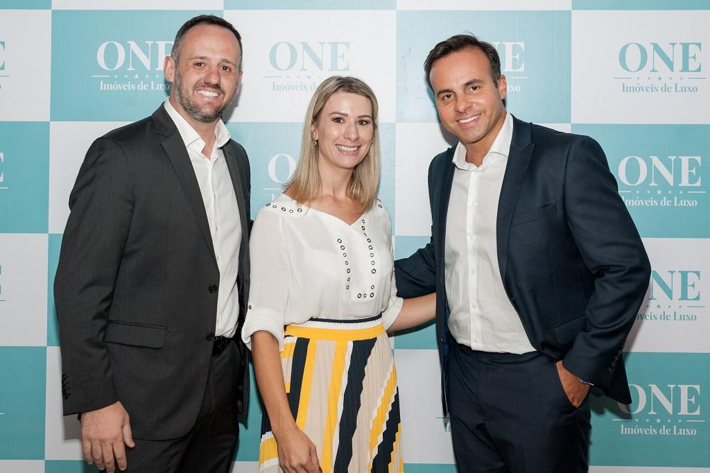 Fabrício e Michele Censi foram recepcionados por Cristiano Cruz na abertura na segunda edição do Workshop da One Imóveis de Luxo